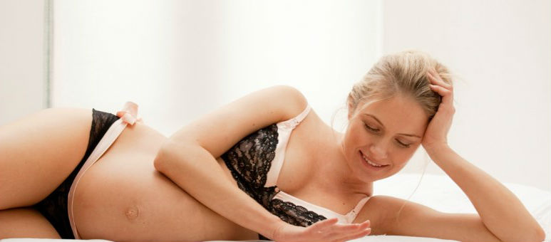 Modelo lenceria sexy para embarazadas